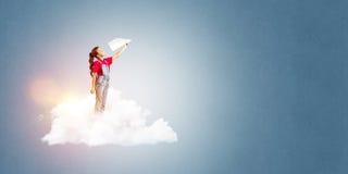 Concepto de niñez feliz descuidada con la muchacha que sueña para hacer piloto Foto de archivo