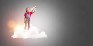 Concepto de niñez feliz descuidada con la muchacha que sueña para hacer piloto Imagenes de archivo