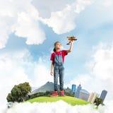 Concepto de niñez feliz descuidada con la muchacha que sueña para hacer piloto imagen de archivo libre de regalías