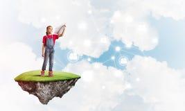 Concepto de niñez feliz descuidada con la muchacha que sueña sobre algo Imagen de archivo libre de regalías