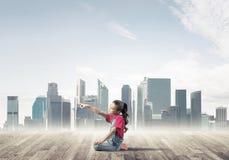 Concepto de niñez feliz descuidada con la muchacha que sueña sobre som Foto de archivo libre de regalías
