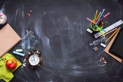 Concepto de nuevo al lápiz Apple de la tiza del reloj de la escuela Fotos de archivo