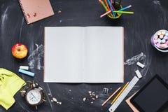 Concepto de nuevo al lápiz Apple de la tiza del reloj de la escuela Imagen de archivo