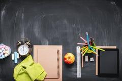 Concepto de nuevo al lápiz Apple de la tiza del reloj de la escuela Imagenes de archivo