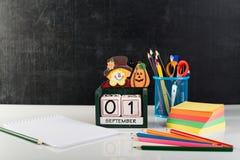 Concepto de nuevo a la escuela o de la educación con las pertenencia de la escuela, o Fotos de archivo