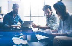 Concepto de nuevo proyecto del negocio de la presentación Hombres de negocios que usan los dispositivos electrónicos Fondo horizo Fotos de archivo