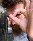 Concepto de observación El individuo parece sospechoso con el gesto aceptable, cierre para arriba Inconformista con el pelo despe Imagen de archivo