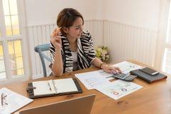 Concepto de oficina que trabaja, empresaria del negocio y de las finanzas que discute análisis de venta foto de archivo libre de regalías