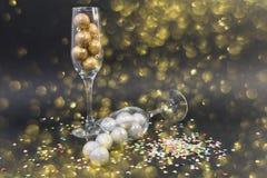 Concepto de oro de la Feliz Año Nuevo con los vidrios del champán Imágenes de archivo libres de regalías