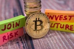 Concepto de oro de la moneda y de las flechas del bitcoin del cryptocurrency Imagenes de archivo