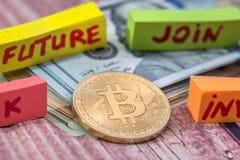 Concepto de oro de la moneda y de las flechas del bitcoin del cryptocurrency Fotos de archivo