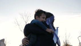 Concepto de padre feliz y de hijo que juegan con un avión del juguete en el parque metrajes