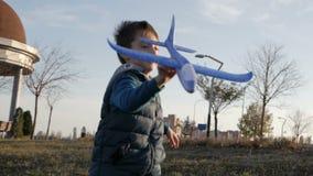 Concepto de padre feliz y de hijo que juegan con un avión del juguete en el parque almacen de video