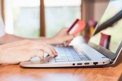 Concepto de pago en línea por la tarjeta plástica con las actividades bancarias de Internet Fotos de archivo libres de regalías
