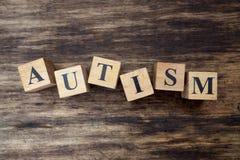 Concepto de palabra del autismo en los cubos de madera Foto de archivo libre de regalías