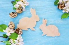 Concepto de Pascua con los conejitos del juguete y los huevos de codornices Fotografía de archivo libre de regalías