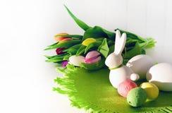 Concepto de Pascua, tulipanes de la primavera y conejito de la porcelana imagen de archivo libre de regalías