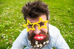 Concepto de Photosession Inconformista con la barba en cara alegre, presentando con los vidrios y los labios asteroides El indivi Imagen de archivo libre de regalías
