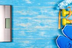 Concepto de plan de la dieta y de la aptitud en fondo de madera azul Imágenes de archivo libres de regalías