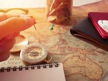 Concepto de planificación del viaje, accesorios del viaje Pegajoso en pasaportes, equipaje, el compás y el aeroplano del mapa mod Fotografía de archivo libre de regalías