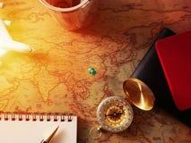 Concepto de planificación del viaje, accesorios del viaje Pegajoso en pasaportes, equipaje, el compás y el aeroplano del mapa mod Foto de archivo libre de regalías