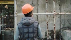 Concepto de Planning Constructor Developer del trabajador de construcción clip El constructor en el casco muestra su finger para  almacen de metraje de vídeo