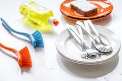 Concepto de platos que se lavan en el fondo blanco fotos de archivo