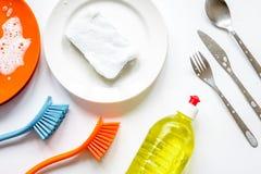 Concepto de platos que se lavan en la opinión superior del fondo blanco fotografía de archivo