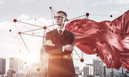 Concepto de poder y de éxito con el super héroe del hombre de negocios en el ci grande Fotografía de archivo
