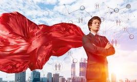 Concepto de poder y de éxito con el super héroe del hombre de negocios en ciudad grande Foto de archivo
