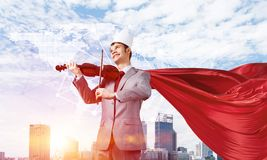 Concepto de poder y de éxito con el super héroe del hombre de negocios en ciudad grande Fotografía de archivo libre de regalías