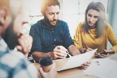 Concepto de proceso del trabajo en equipo en la oficina Encuentro de los compañeros de trabajo Fondo enmascarado horizontal foto de archivo