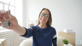 Concepto de propiedades inmobiliarias y de vida sola Mujer joven feliz que se mueve al nuevo hogar almacen de video