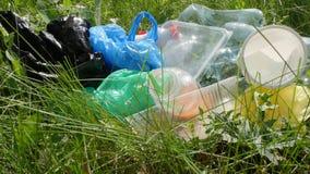 Concepto de protecci?n del medio ambiente Botellas plásticas y de cristal, cápsulas y papel, metrajes