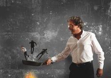 Concepto de quemar en la cacerola al competidor Imagenes de archivo