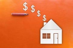 Concepto de Real Estate y del efectivo en fondo amarillo de la textura Foto de archivo libre de regalías