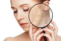 Concepto de rejuvenecimiento y de cuidado de piel Cara de una muchacha hermosa imagen de archivo libre de regalías