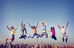 Concepto de salto de la ciudad de la felicidad de la amistad de la gente alegre Imagen de archivo