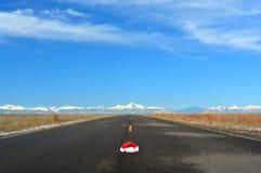 Concepto de Santa Hat In Road Travel de la Navidad Imágenes de archivo libres de regalías