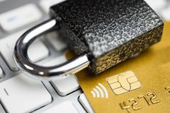 Concepto de seguridad del pago electrónico Cerradura en tarjeta de crédito del oro y el teclado blanco foto de archivo libre de regalías