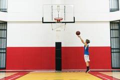 Concepto de Shooting Sport Playing del atleta de la arena del baloncesto Foto de archivo libre de regalías