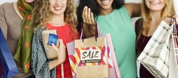 Concepto de Shopaholic del consumerismo del gasto de las mujeres que hace compras fotos de archivo
