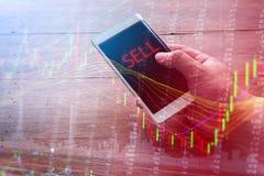 Concepto de Smartphone con el mercado de acción y orden de la venta en la pantalla Imágenes de archivo libres de regalías