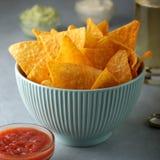 Concepto de snacks malsanos Nachos picantes en cuenco azul en la tabla Fotos de archivo libres de regalías