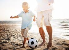 Concepto de Son Fun Beach del padre del fútbol Imágenes de archivo libres de regalías