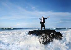 Concepto de Staying Alone Island del hombre de negocios imagenes de archivo