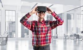 Concepto de tecnologías entretenidas modernas con el hombre que lleva la máscara de la realidad virtual Imágenes de archivo libres de regalías