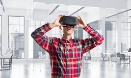 Concepto de tecnologías entretenidas modernas con el hombre que lleva la máscara de la realidad virtual Fotografía de archivo libre de regalías
