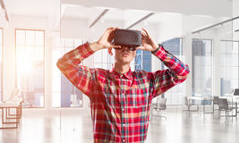 Concepto de tecnologías entretenidas modernas con el hombre que lleva la máscara de la realidad virtual Fotos de archivo libres de regalías