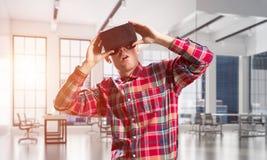 Concepto de tecnologías entretenidas modernas con el hombre que lleva la máscara de la realidad virtual Imagenes de archivo